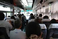 茨城空港へ向かうバスの車内はごらんの通り。飛び交う中国語に、思わず「あれ?まだ日本だよな」と確認してしまった。