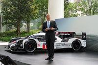 独ポルシェのデトレフ・フォン・プラーテン氏と、ルマン24時間レースなどで活躍するレーシングカー「ポルシェ919ハイブリッド」。