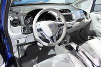 内装も既存車を思わせるもの。床下に納まるバッテリーの影響で、後席の床はやや高め。
