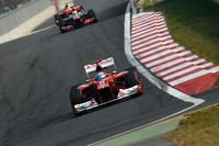 ベスト・オブ・ザ・レスト ─ レッドブル2台に次いで3位に入ったフェラーリのアロンソ(写真前)は、第8戦ヨーロッパGP終了以来守り続けてきたランキング1位の座をベッテルに明け渡した。それでもレース後は、「今日のわれわれのパフォーマンスには満足すべきだ」とクールなコメント。確かにコース上でもコンストラクターズランキングでもマクラーレンを凌駕(りょうが)し、ここ数戦で一番の力走をみせたスクーデリアだが、残り4戦、跳ね馬より格段に速い猛牛を倒すのは困難を極めそうだ。フェラーリのもう1台、フェリッペ・マッサは日本GPに次ぐ好走で4位、チームはこのブラジル人の来季残留をほぼ決めたようだ。(Photo=Ferrari)