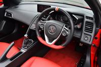 運転席まわりの様子。ステアリングホイールの上部はトリコロール(白、赤、金)の、下部には赤のアクセントで飾られる。赤いスポーツマットは、1万7280円のオプション。