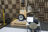 部屋全体が吸音材で覆われた無響室の様子。
