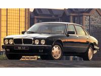 「ジャガーXJ」 1968年に登場した高級サルーン。初代モデルは改良を繰り返して1986年まで生産された。映画に登場するのは2代目が1994年に大幅なマイナーチェンジを受けた後のモデル。