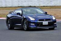 【スペック】GT-R Pure edition:全長×全幅×全高=4670×1895×1370mm/ホイールベース=2780mm/車重=1720kg/駆動方式=4WD/3.8リッターV6DOHC24バルブターボ(550ps/6400rpm、64.5kgm/3200-5800rpm)/燃費=8.7km/リッター(JC08モード)/価格=875万7000円(テスト車=1186万9200円/For TRACK PACK<専用サスペンション付き>+ドライカーボン製リアスポイラー+チタン合金製マフラー=307万200円/特別塗装色<オーロラフレアブルーパール>=4万2000円)