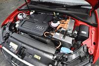 1.4リッターTFSIエンジン(150ps、25.5kgm)に電気モーター(109ps、33.7kgm)を組み合わせたパワーユニット。8.7kWhのリチウムイオンバッテリーを後席下に搭載している。