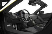 「675LT」シリーズの軽量化というテーマはインテリアにも貫かれており、カーボンファイバーやアルカンターラが幅広く採用されている。
