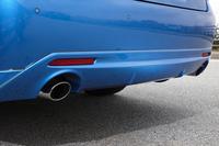 3.5リッター車と同じく、2リッターターボ車にはテールパイプにマフラーカッターが装着される。