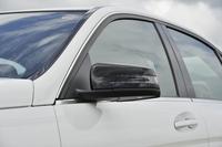 ベースモデルではボディー同色だったドアミラーハウジングがブラックに。