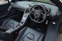中央を細身のセンターコンソールが貫くインテリア。テスト車には、オプションのカーボンパネルが多数おごられる。車両のAV機能にアクセスするためのタッチパネルは、珍しい縦長が採用されている。