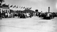 戦間期のグランプリレースには、イタリアのアルファ・ロメオやマセラティ、フランスのブガッティ、ドイツのメルセデス・ベンツ、アウトウニオンなどが出場。好勝負を繰り広げた。