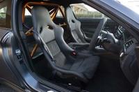 カーボン製のフルバケットシートは、通常の「M4クーペ」のシートに比べて、50%以上の軽量化がなされている。公道では使用できないが、6点式シートベルトも付属する。
