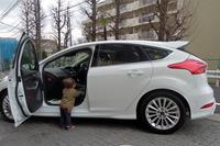 自宅マンションの車寄せにて。助手席の横に立っているのが2歳の息子です。