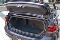 荷室容量はルーフの開閉に関係なく、250リッターとなる。トランクスルーも可能。
