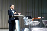 ハイブリッドシステムの説明用モデルを前に、新型車を紹介する日産自動車の志賀俊之COO。「高級セダンのハイブリッドカーは、いまある日産の技術を生かすという点で最適なかたち」とのこと。