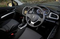 内装色は黒のみ。クルーズコントロールや左右独立温度調整機能付きフルオートエアコンが標準装備される。