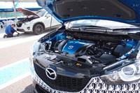 ガソリン車のエンジンルーム(写真手前)。カバーは他車のSKYACTIVグレード同様、ブルーに塗られる。