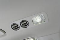 2列目席はもちろん、3列目席にも、天井にLED照明付きのエアコン吹き出し口を装備。