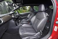 レザーシートが標準で備わる。ボディーカラーが「ルージュ ルビ」の場合、ダッシュボードは「カーボテック」、シートカラーは「ミストラル」(黒)という組み合わせになる。