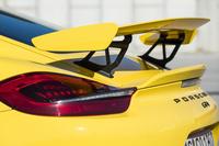 大型の固定式リアスポイラーはカーボン製。アルミのステーでハッチゲートに取り付けられている。角度調整が可能。