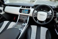 「レンジローバー スポーツSVR」のインテリア。テスト車にはカーボンファイバーで装飾されたトリムとステアリングホイールが装備されていた。