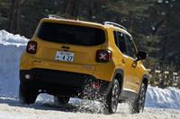 雪道を行く「ジープ・レネゲード」。「フィアット500X」とはプラットフォームを共有する兄弟車にあたる。