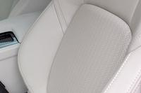 試乗車「XF 25tプレステージ」のシートは、「トーラスレザー」による本革仕立て。背もたれと座面にはパンチメッシュが施されている。