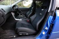 レカロ製のブラックレザー+アルカンターラのセミバケットシートが備わる。