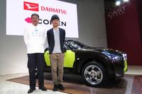 ダイハツ工業の藤下 修氏(写真向かって左)と、「コペン アドベンチャー」をデザインした越坂部圭亮氏(同右)。