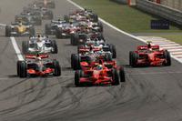 スタートでマクラーレンを抑えたマッサがトップで1コーナーへ。序盤はマッサ、ハミルトンが逃げ、アロンソ、ライコネン、ハイドフェルドが第2集団を形成。先頭集団との溝を作ってしまったアロンソの不調が目立ったレースだった。(写真=Ferrari)