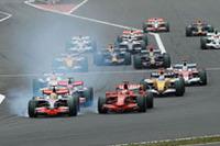 スタートで出遅れたポールシッターのルイス・ハミルトン(手前左)。ライコネン(その右)からトップの座を奪おうとやや無理のある追い越しをしてしまい、混乱を招いたとしてペナルティを受けた。ハミルトンは12位完走で無得点。しかしポイント争いではリーダーの座を守っている。(写真=Ferrari)
