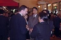 写真上:35歳でシトロエン・ジャポンの社長に就任したフィリップ・クラブロル氏。 写真下:銀座「カフェオディール」にて開かれたパーティ会場にて、談笑するクラブロル社長(左手手前)