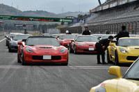 本コースでの走行前、ドライバーに声をかけるインストラクター。