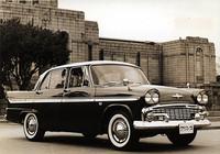 61年式「スカイライン1900デラックス」。前出のグロリアとの差異は、エンジンがハイオク仕様のグロリアに対してレギュラー仕様となるため最高出力がやや落ちること、および内外装の細部のみ。これらの写真を見比べた限りではサイドモールディングとホイールキャップくらいしか違いがないが、グロリアのほうがアクセサリーが豊富なため車重はやや重く、スカイラインの1340kgに対してグロリア1360kg だった。