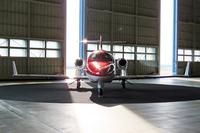 ハンガー内に運び込まれた「ホンダジェット」を真正面から撮影。主翼の上にエンジンを搭載するユニークな設計がよく分かる。