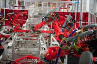 テスラ初の「ロードスター」がほとんど手作りだったのに対し、第2弾の「モデルS」はクーカー製のロボットでライン生産される。オイルを使わないせいか、工場は非常にクリーンな印象。