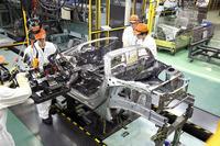 「S660」の生産はとにかく「人の手がかかっている」という印象。ボディーの組み立てについては「車体に治具を装着」「治具を使ってパーツを仮固定」という4人がかりの作業を経てから溶接が行われる。
