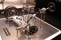 「ダイレクトアダプティブステアリング」の構造を示すカットモデル(写真は、左ハンドル車を左前方から見たところ)。ステアリングホイールとタイヤは機械的に独立しているが、システム異常時の備えとして、締結可能なクラッチを持つステアリングシャフトも組み込まれる。