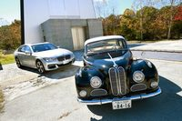 「BMW 3200S」(手前)と「BMW 7シリーズ」(奥)。(写真=BMW Club Japan/小池義弘)
