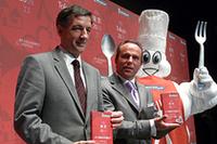 プレス向け発表会に駆けつけた、「ミシュランガイド」総責任者のジャン=リュック・ナレ(中央)。左は日本ミシュランタイヤのベルナール・デルマス社長。