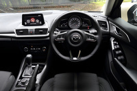 人間中心の開発哲学に基づき、ドライバーが無理なくドライビングポジションをとれるよう設計されている。