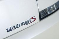「V12ヴァンテージS」は「V12ヴァンテージ」の後継モデルとなる。最高出力が517psから573psへ強化された。