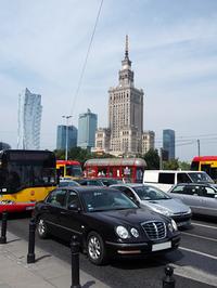 今回も、社会主義時代にスターリンから贈られた「科学文化宮殿」前からウォッチングに出発。手前は、かつてのキア製高級車「オピルス」だ。