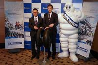 ミシュランのマスコットキャラクター、ビバンダムとともに撮影に応じる日本ミシュランタイヤ代表取締役社長のベルナール・デルマス氏(中央)と、二輪事業部長の梅村 誠氏(左)。
