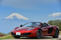 2012年夏にその概要が発表された「マクラーレンMP4-12Cスパイダー」。日本では、同じ年の10月に実車が公開された。