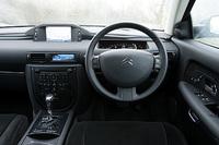 テスト車には、特別にアルカンタラトリム、サンルーフが装備されるが、前者の設定はなく、後者は「ラウンジパッケージ」として選べる。