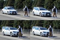新型「レクサスLS」に搭載された、最新のPCSの作動体験。40km/hでの走行中に道路を横断する歩行者をミリ波レーダーとステレオカメラが検知し、ドライバーがブレーキを踏まずとも自動的にブレーキが作動して減速、停止する様子。写真上左から時計まわりに時間が経過しており、写真下右が停止した瞬間で、下左はやや後。左右を見比べると、衝突を避けるべく、ノーズダイブするほどの急制動を行って停止していることがおわかりいただけるだろう。