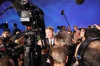 記者団に取り囲まれるGMのリック・ワゴナー会長