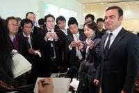 式典後の囲み取材では、国内での生産体制やエコカー戦略、三菱との提携と、さまざまな分野に話が及んだ。