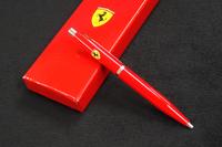 フェラーリのボールペン。全体の長さは135mm。
