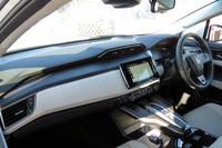 新型燃料電池車のインストゥルメントパネルまわり。同車には外部給電機能が備わっており、可搬型インバーターボックスで電力を供給している間は、メーターに「外部給電」の文字が表示される。